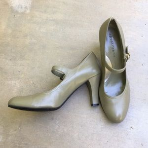 APOSTROPHE- size 8.5 green pumps great condition